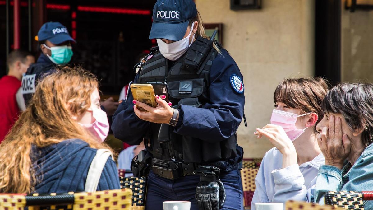 Se puso en funcionamiento el certificado sanitario en Francia. La Policía hace controles en los bares