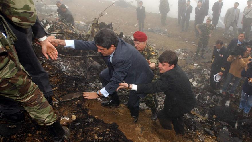 El ministro de Defensa, Federico Trillo, visita el 27 de mayo de 2003 el lugar del accidente del avión Yak-42 ucraniano que ocasionó la muerte de 62 militares españoles en las proximidades de la localidad de Trebisonda (Trabzon), en el nordeste de Turquía