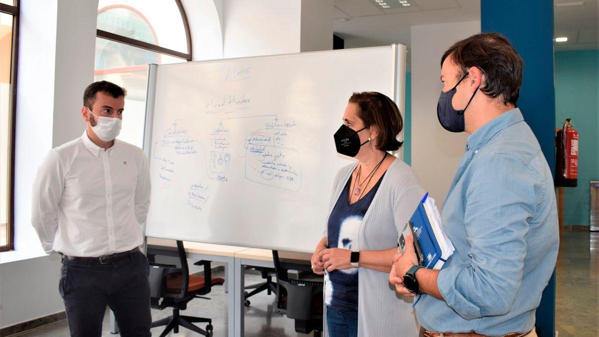 Torrent (centro) con responsables de la startup Oktalent