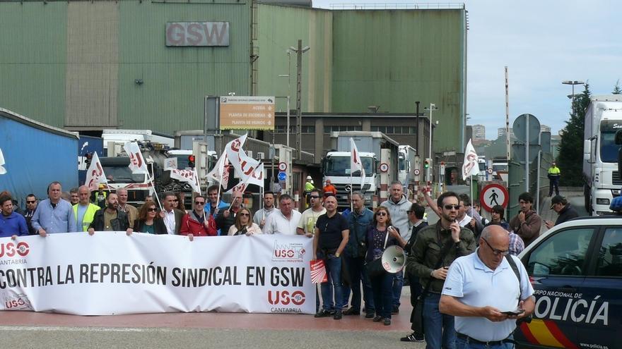 """Un centenar de personas """"bloquea"""" el acceso a GSW en protesta por el despido de dos sindicalistas"""