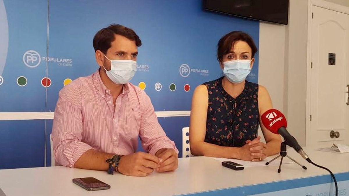 Fernando Priego y María Luisa Ceballos, en la sede del PP de Cabra.