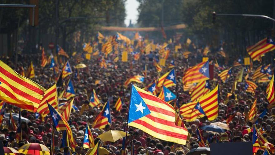 Miles de personas ondean esteladas en Catalunya