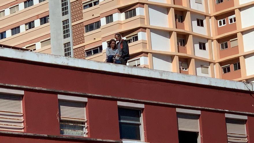 Una pareja en una azotea en Las Palmas de Gran Canaria por la custodia de su hijo.
