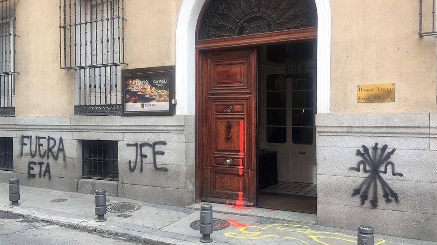 Pintadas en la fachada de la Casa Vasca, en Madrid.