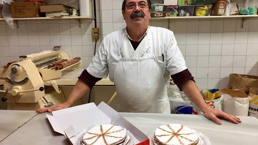 Antonio Vaca lleva desde 1990 despachando tortas inglesas en su pastelería La Nevada, en Carmona.