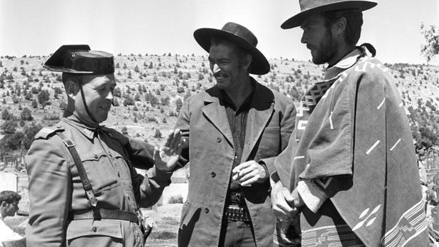 Lee Van Cleef y Clint Eastwood junto a un Guardia Civil
