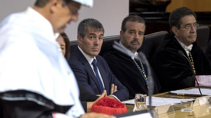 El rector de la Universidad de La Laguna, Antonio Martinón (d); el presidente de Canarias, Fernando Clavijo (i); el rector de la Universidad de Las Palmas de Gran Canaria (ULPGC), Rafael Robaina (c), escuchan, la lección inaugural ofrecida por el exrector Manuel Lobo
