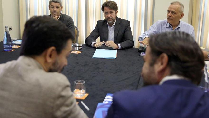 Carlos Alonso (c), en la reunión con las comisiones negociadoras del PP y de Ciudadanos para explorar posibles pactos en el Cabildo de Tenerife