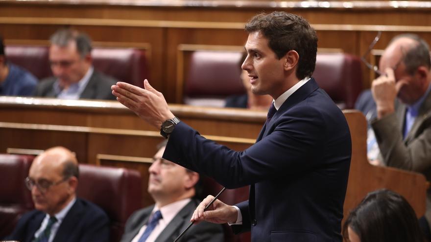 """Sánchez afirma que Rivera es un político """"hipócrita y ausente"""" y que """"nadie entiende ya"""" sus decisiones"""
