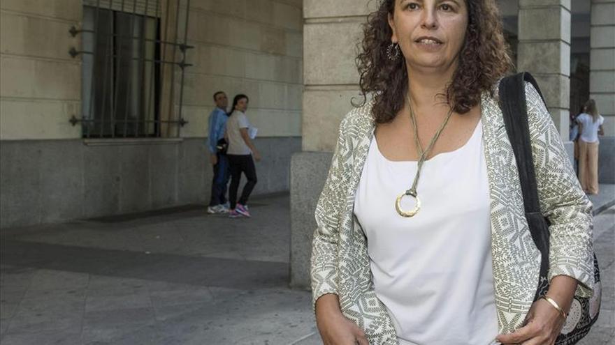 La exdirectora general de Industria, Energía y Minas de la Junta de Andalucía María José Asensio tras declarar hoy como imputada por un presunto delito de prevaricación en los juzgados sevillanos / EFE