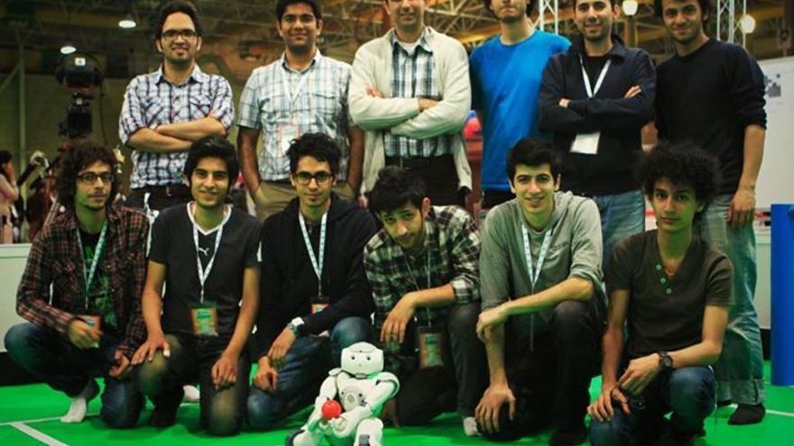 Desarrolladores del equipo de robótica irani (Foto: cedida a www.hojaderouter.com por el equipo iraní)