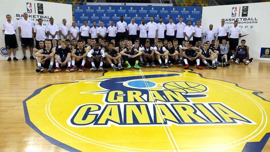 Foto de familia de los jugadores y los entrenadores que participan a la rueda de prensa del campus europeo del programa Baloncesto sin Fronteras. (EFE/Elvira Urquijo).