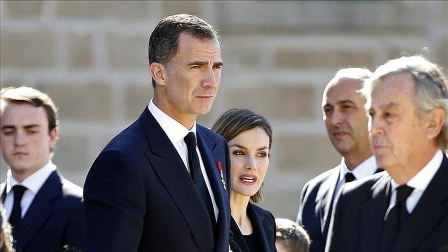 Don Felipe, sus padres y doña Letizia irán al funeral por infante don Carlos