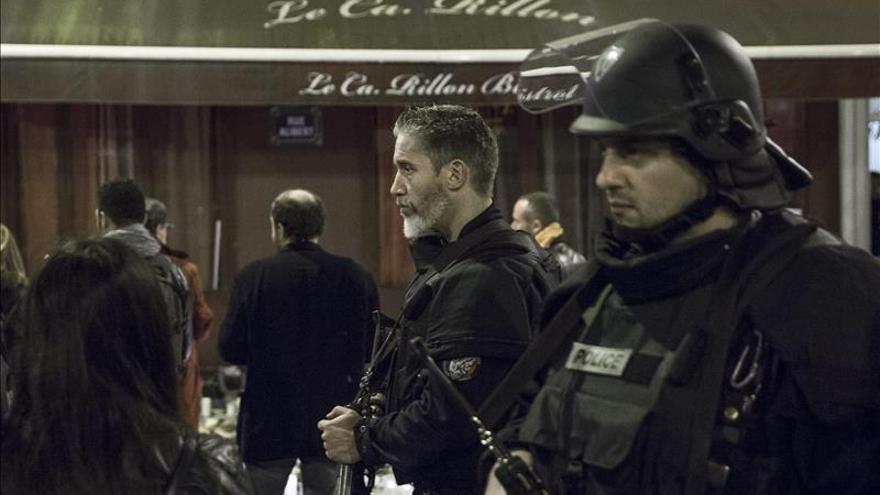 Miembros de la policía francesa en el restaurante Le Carillon, uno de los lugares de los atentados del pasado viernes en París.