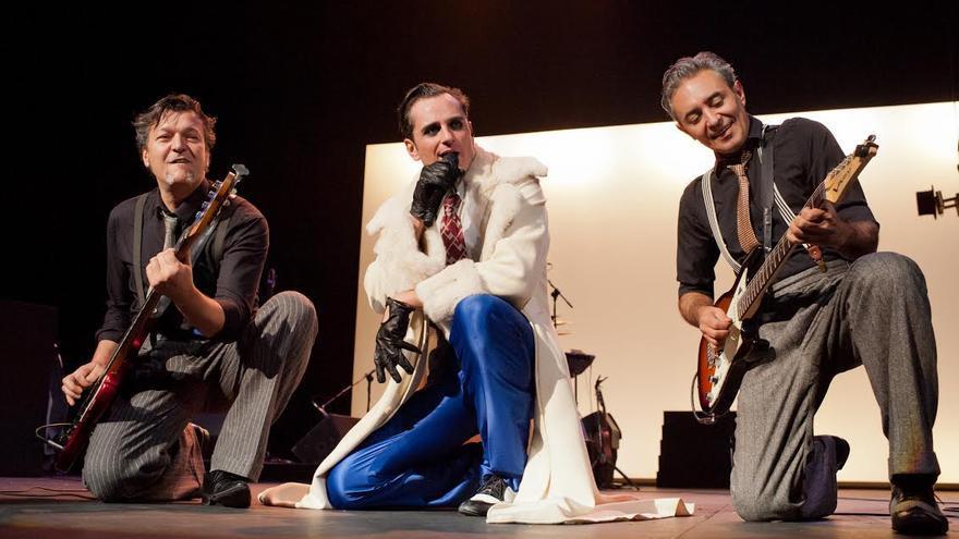 En la imagen, el actor Asier Etxeandía (centro), protagonista de 'El intérprete', con dos componentes del grupo que se ocupa de la música en directo.