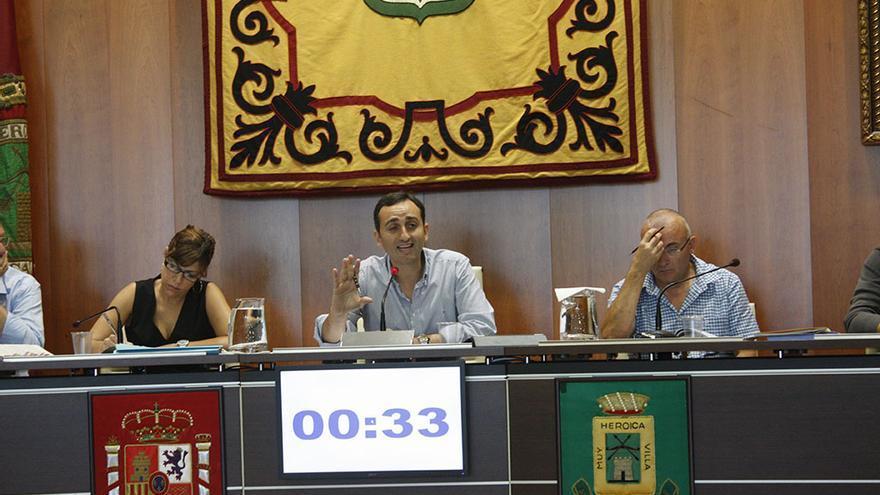 El alcalde de Calp, César Sánchez, en un pleno de la pasada legislatura, cuando se produjeron los despidos
