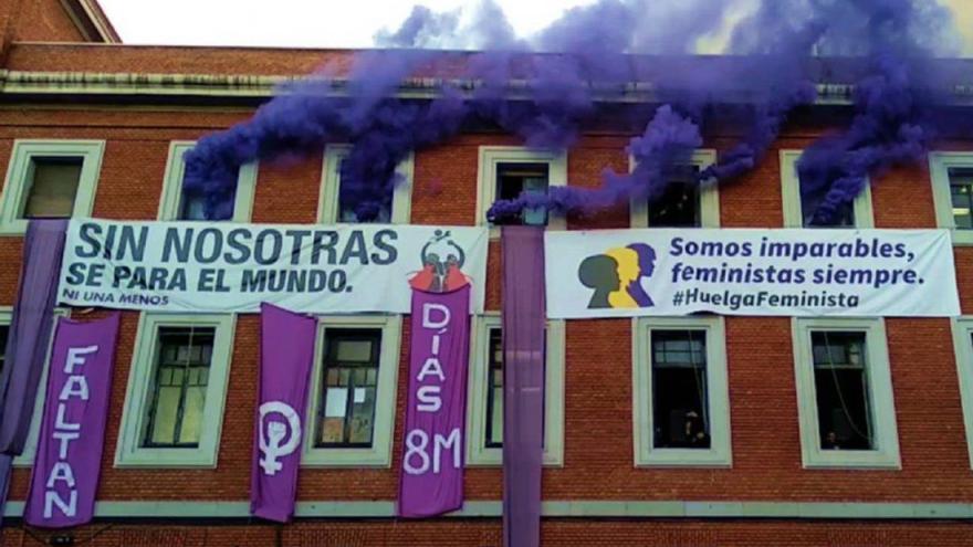 Las pancartas feministas que colgaban de la fachada del centro social La Ingobernable fueron descolgadas por la policía que llevó a cabo el desalojo nocturno