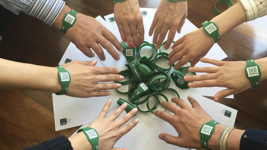 Pulseras verdes que llevan los enfermos de ELA con su historial médico por si necesitan ser atendidos en cualquier lugar.