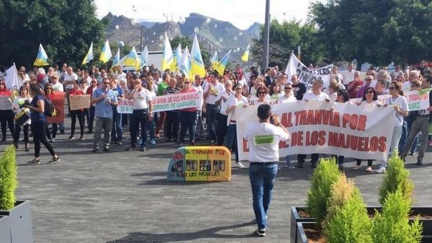 Protesta contra la solución impuesta por el Cabildo de Tenerife para ampliar la línea 2, en la plaza junto a la sede insular