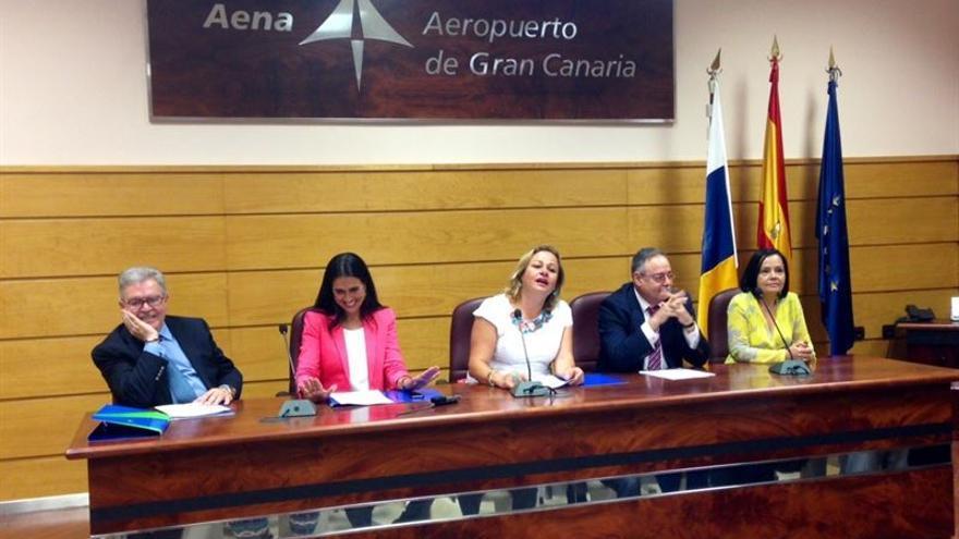Momento de la firma del convenio para el realojo de los vecinos de Ojos de Garza. Europa Press.