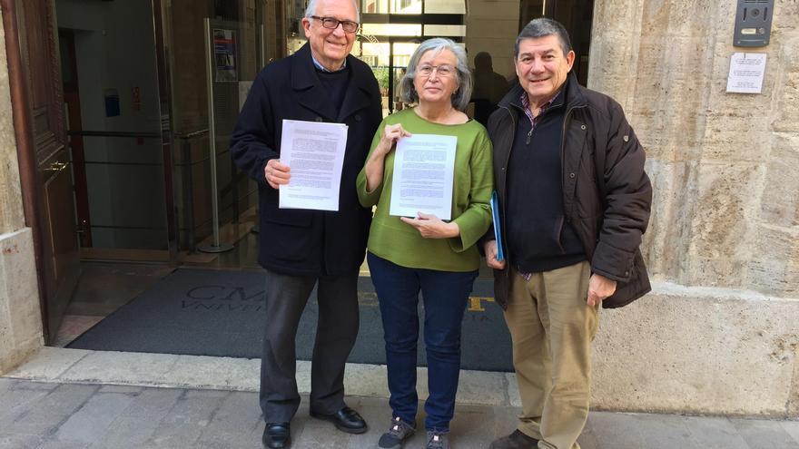El presidente de Acdesa, Alfons Polo (derecha), con Amparo Asensi y Pepe Cuñat, también miembros de la entidad
