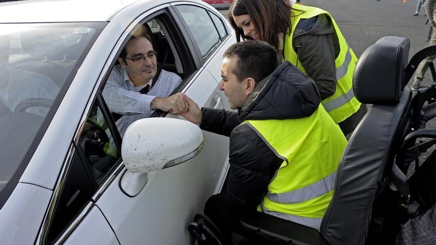 Policía Foral y Adacen conciencian en la carretera sobre los accidentes de tráfico