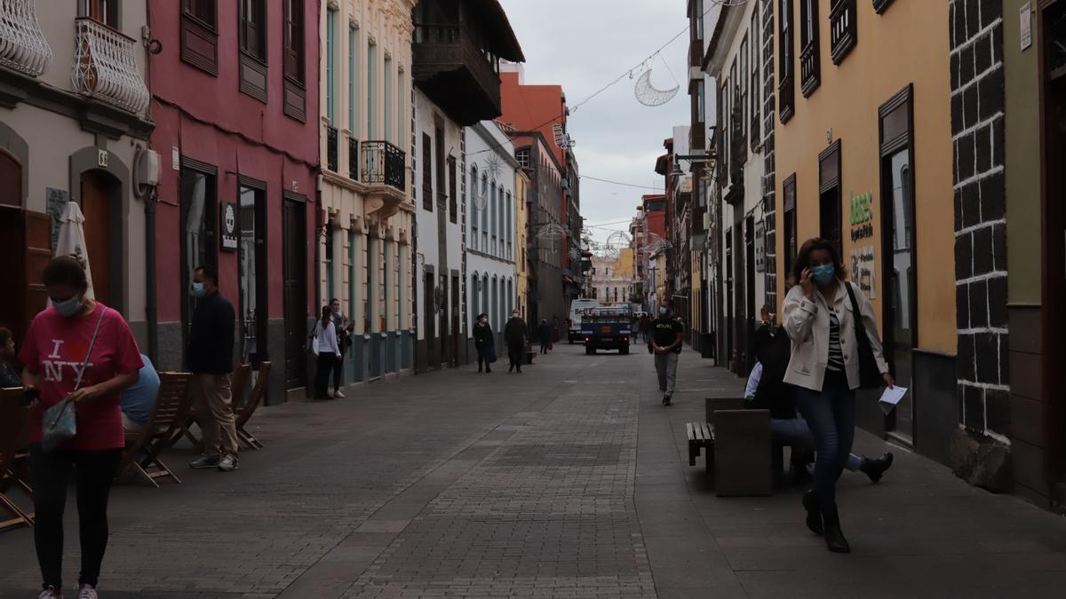 Personas paseando por La Laguna. (ANDREA DOMÍNGUEZ)
