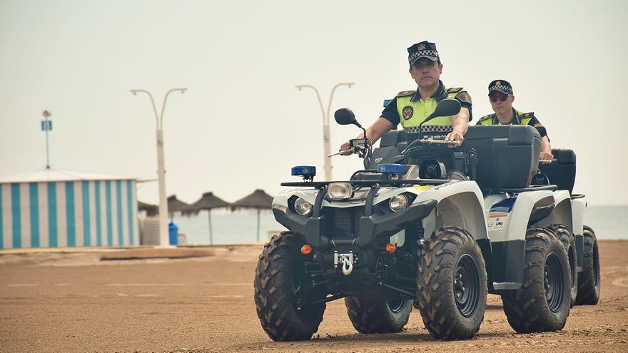 Dos agentes de la Policía Local en sendos quads en la playa de la Malva-rosa