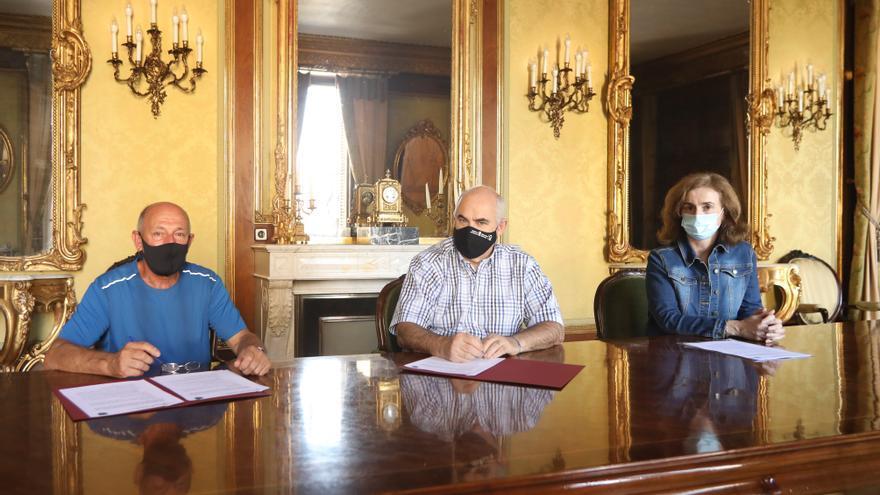 El vicepresidente segundo del Gobierno de Navarra, José María Aierdi (c), y el alcalde de Ituren, Francisco Javier Bereau,firman el concierto previo para la redacción del plan urbanístico del municipio. También participa Izaskun Abril, directora general.