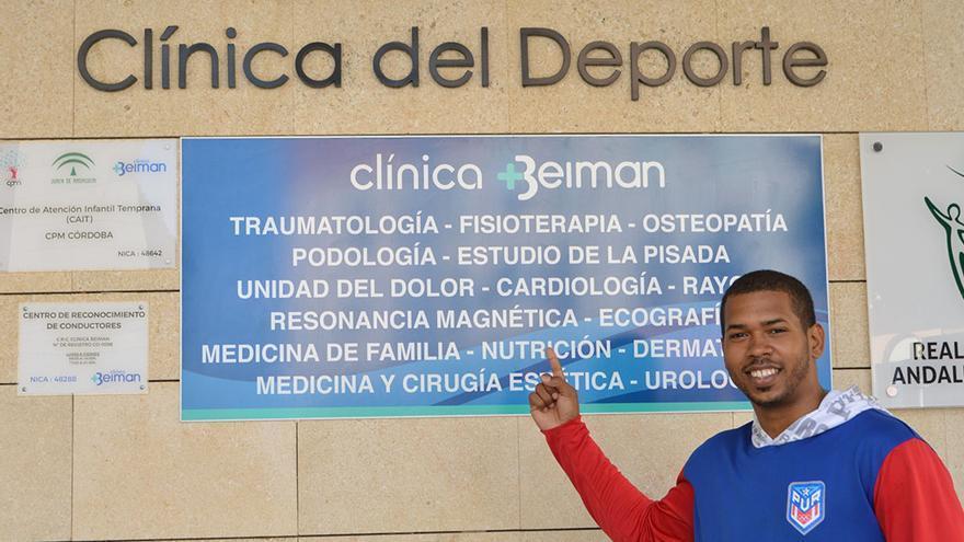 El portorriqueño Nazario posa ante la clínica Beiman.