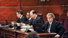 Los fiscales Josu Izaguirre y Manuel Pedreira, el abogado del Gobierno, Javier Otaola, y el letrado de Bizkaia