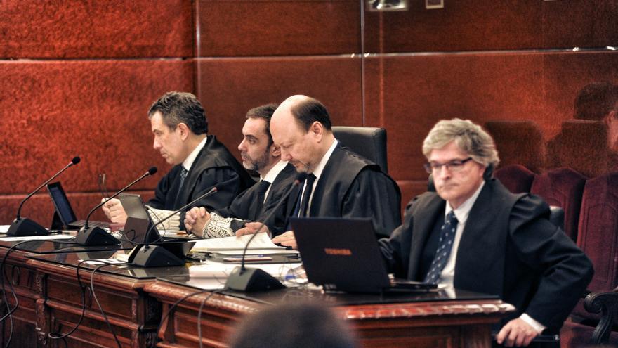 Los fiscales Josu Izaguirre y Manuel Pedreira, durante el juicio del 'caso De Miguel'