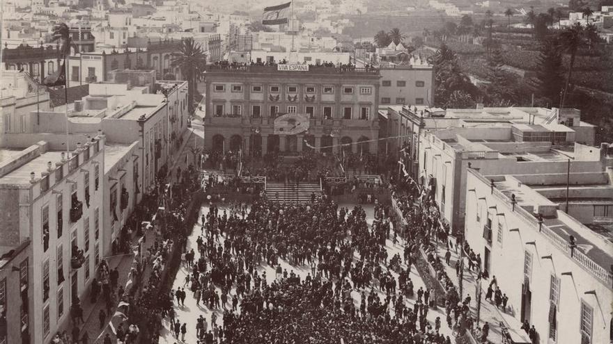 Manifestación en la Plaza de Santa Ana, a favor de la división provincial. (Fedac)