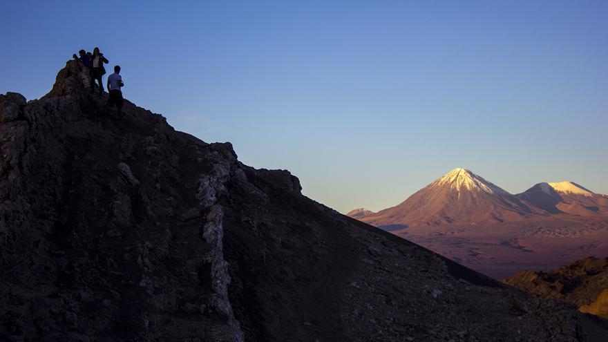 Las últimas luces del día iluminan los volcanes de la Cordillera de Los Andes. Atardecer desde el Valle de la Luna.