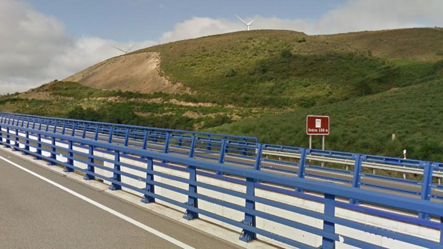 Viaducto de Vedros en la A-8 a su paso por Mondoñedo en el que la lluvia está a socavar sus pilares