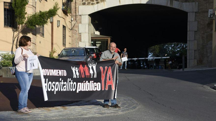 Miembros de la Plataforma en uno de los accesos a las Cortes regionales