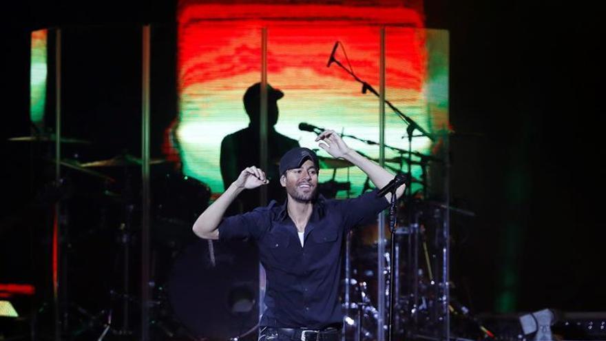 Enrique Iglesias hace cantar y bailar a público entregado en regreso a Madrid