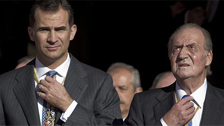 Juan Carlos I y su hijo Felipe VI, en una fotografía de archivo.
