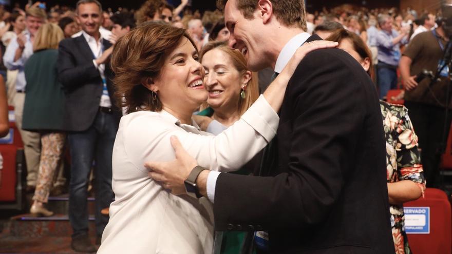 Sáenz de Santamaría y Casado se saludan en el congreso del Partido Popular.