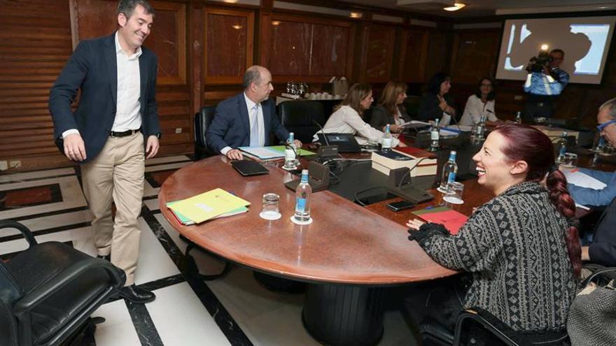 El presidente del Gobierno de Canarias, Fernando Clavijo (i), yla vicepresidenta, Patricia Hernández (d), durante la reunión del Consejo de Gobierno. (EFE/Elvira Urquijo A.).