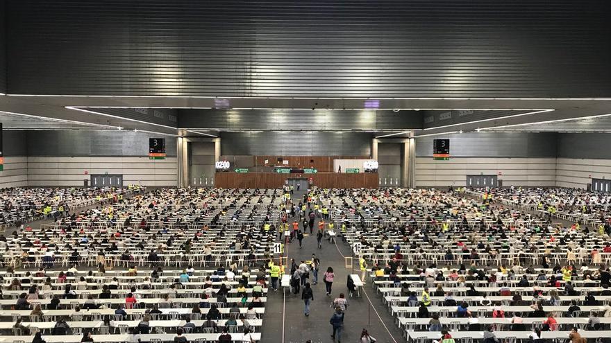 Vista de los exámenes de este viernes de la OPE de Osakidetza