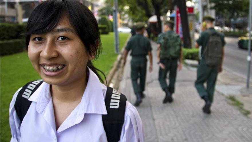 """Una adolescente desafía el modelo """"de obediencia"""" de la educación tailandesa"""