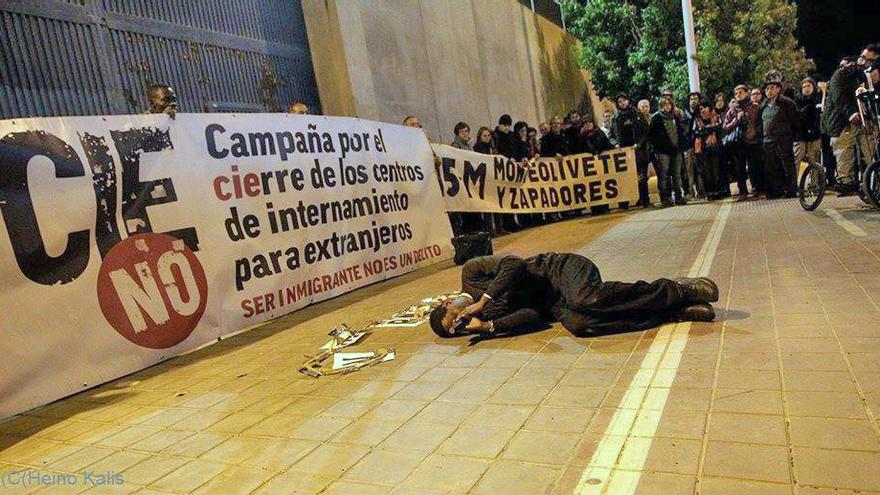 Una de las acciones de protesta organizada por la campaña CIEsNO frente a Zapadores, Valencia