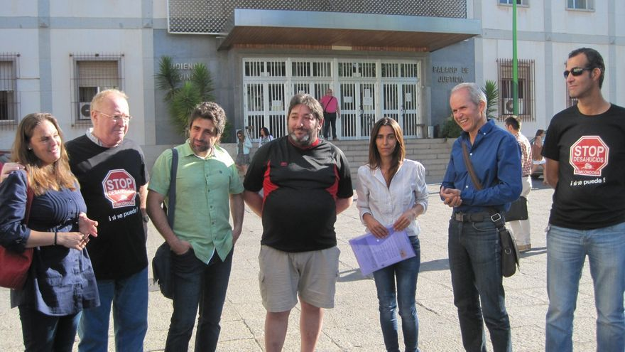 Los concejales del Ayuntamiento de Córdoba, Rafael del Castillo (de verde) y Rafael Blázquez (de azul), en los juzgados con una familia desahuciada.