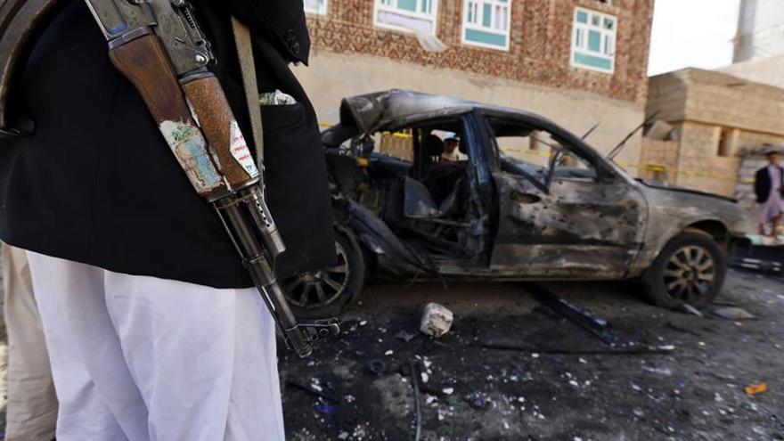 Mueren 9 soldados en un triple ataque suicida contra un cuartel en el Yemen
