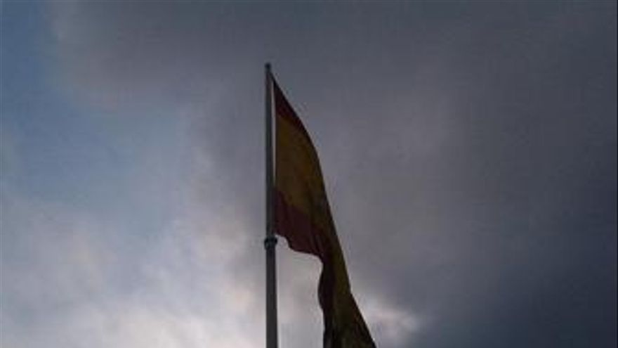 Bandera española españa colon nublado