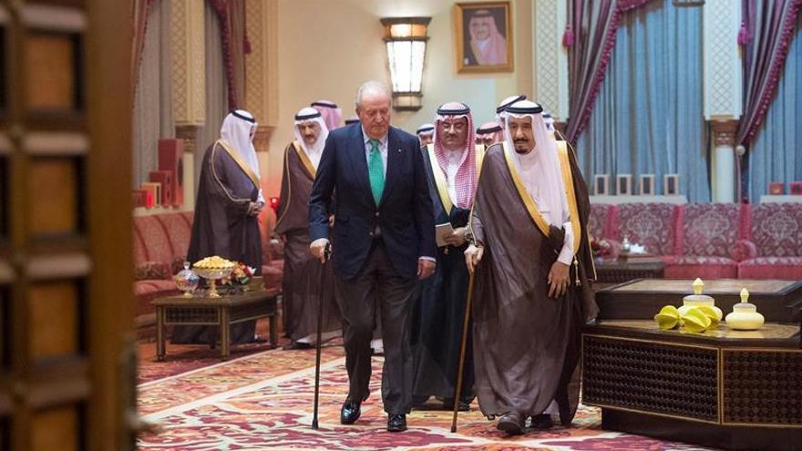El rey de Arabia Saudí recibe a Juan Carlos I en Riad