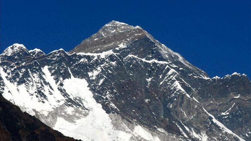 Al menos nueve sherpas muertos por un alud en el Everest