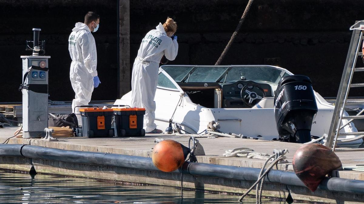 La Policía Científica analiza una embarcación en la base de la Guardia Civil de la dársena pesquera de Santa Cruz de Tenerife, propiedad al parecer del hombre desaparecido con sus dos hijas y que fue hallada en alta mar sin sus ocupantes. EFE/Ramón de la Rocha