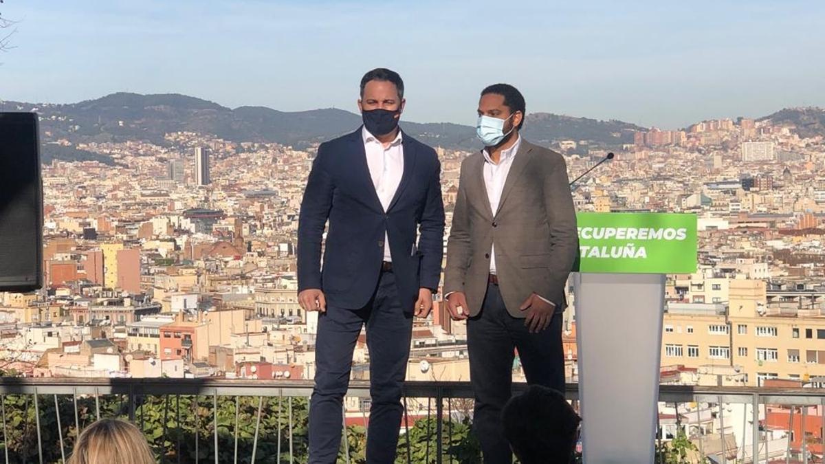 El presidente de Vox, Santiago Abascal, junto al candidato a las elecciones al Parlament, Ignacio Garriga